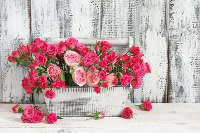 Ανθοδέσμη των ρόδινων τριαντάφυλλων στο κιβώτιο στοκ εικόνες με δικαίωμα ελεύθερης χρήσης