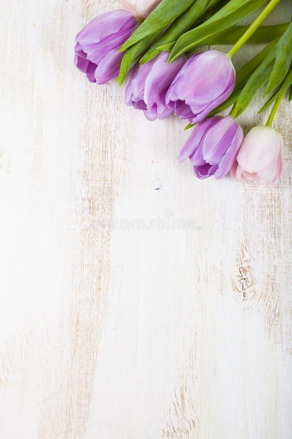 Ανθοδέσμη των τουλιπών σε ένα ξύλινο υπόβαθρο στοκ φωτογραφίες με δικαίωμα ελεύθερης χρήσης