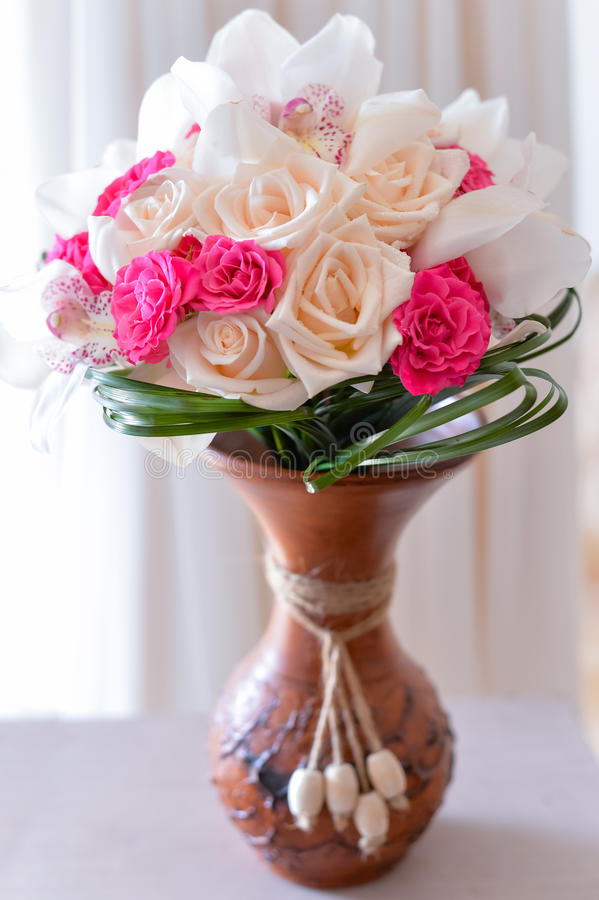 Ανθοδέσμη των τριαντάφυλλων στην εκλεκτής ποιότητας νυφική ανθοδέσμη βάζων στοκ φωτογραφία