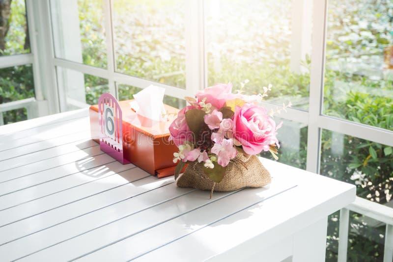 Ανθοδέσμη των όμορφων τεχνητών λουλουδιών στον άσπρο ξύλινο πίνακα στοκ φωτογραφία με δικαίωμα ελεύθερης χρήσης