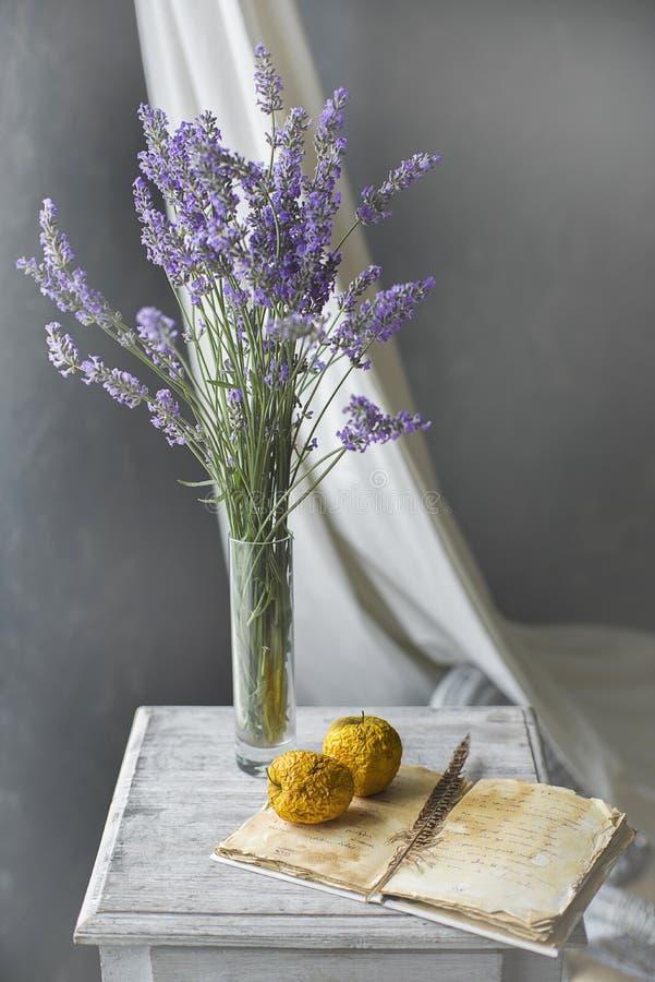 Ανθοδέσμη lavender και των ξηρών μήλων στον πίνακα στοκ εικόνες