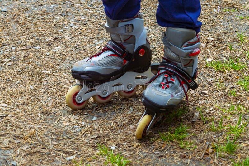 Ανθρώπινα πόδια στους κυλίνδρους στοκ φωτογραφίες με δικαίωμα ελεύθερης χρήσης