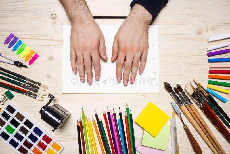 Ανθρώπινα χέρια και εργαλεία σχεδίων στοκ φωτογραφία με δικαίωμα ελεύθερης χρήσης