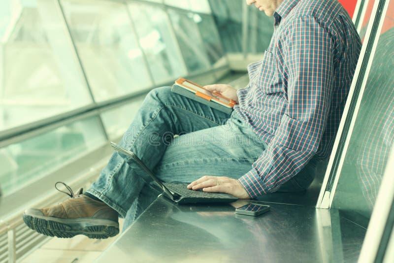 Ανθρώπινα χέρια με το κινητό τηλέφωνο και την ταμπλέτα στοκ εικόνες με δικαίωμα ελεύθερης χρήσης