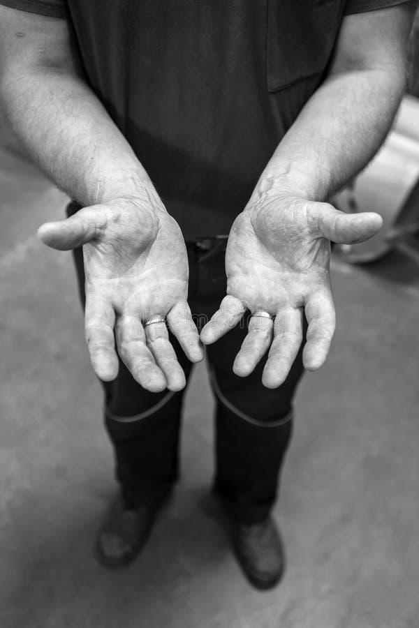 Ανθρώπινα χέρια που λειτουργούν στην παραγωγή Μηχανικός powertrain 34 Υ στοκ εικόνα