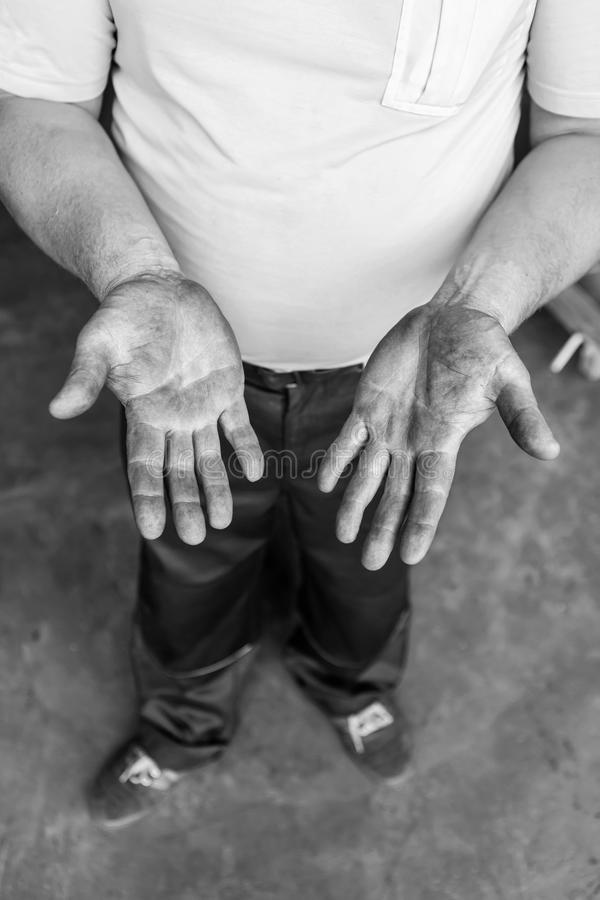 Ανθρώπινα χέρια που λειτουργούν στην παραγωγή Μηχανικός powertrain 32 στοκ φωτογραφία
