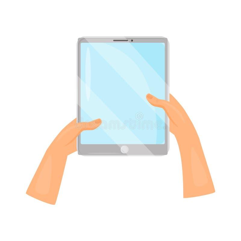 Ανθρώπινα χέρια που κρατούν τον γκρίζο υπολογιστή ταμπλετών συσκευή σύγχρονη Συσκευή με την μπλε οθόνη Επίπεδο διανυσματικό σχέδι διανυσματική απεικόνιση