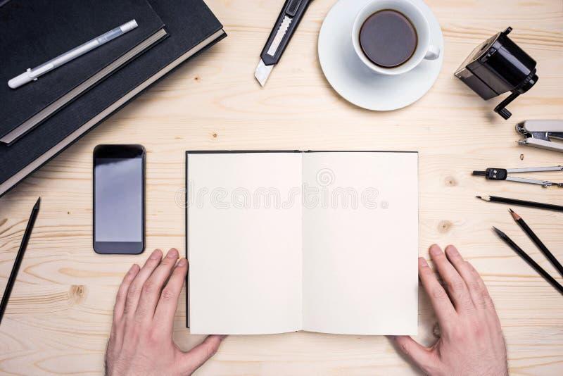 Ανθρώπινα χέρια, σημειωματάριο και χαρτικά στοκ εικόνες με δικαίωμα ελεύθερης χρήσης