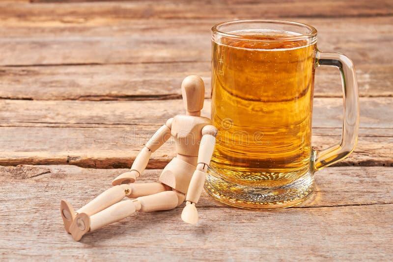 Ανθρώπινες ξύλινες ομοίωμα και μπύρα στοκ φωτογραφία