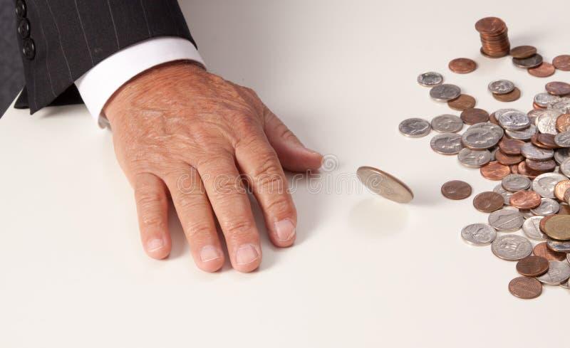 Ανθρώπινη γωνία νομισμάτων περιστροφής ρίψης χεριών επίπεδη στοκ εικόνες