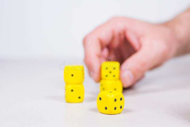 Ανθρώπινος επανδρώνει το χέρι παρατάσσοντας την εκμετάλλευση κίτρινη χωρίζει σε τετράγωνα στοκ φωτογραφία