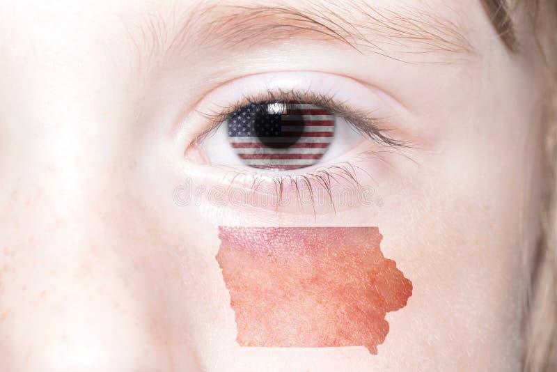 Ανθρώπινο πρόσωπο ` s με τη εθνική σημαία του κρατικού χάρτη των Ηνωμένων Πολιτειών της Αμερικής και του Iowa στοκ εικόνες με δικαίωμα ελεύθερης χρήσης