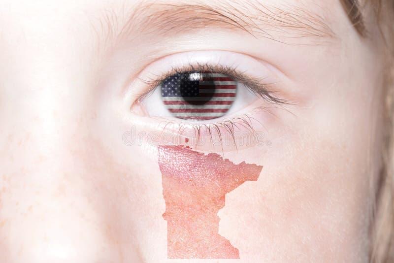 Ανθρώπινο πρόσωπο ` s με τη εθνική σημαία του κρατικού χάρτη των Ηνωμένων Πολιτειών της Αμερικής και Μινεσότας στοκ εικόνες με δικαίωμα ελεύθερης χρήσης