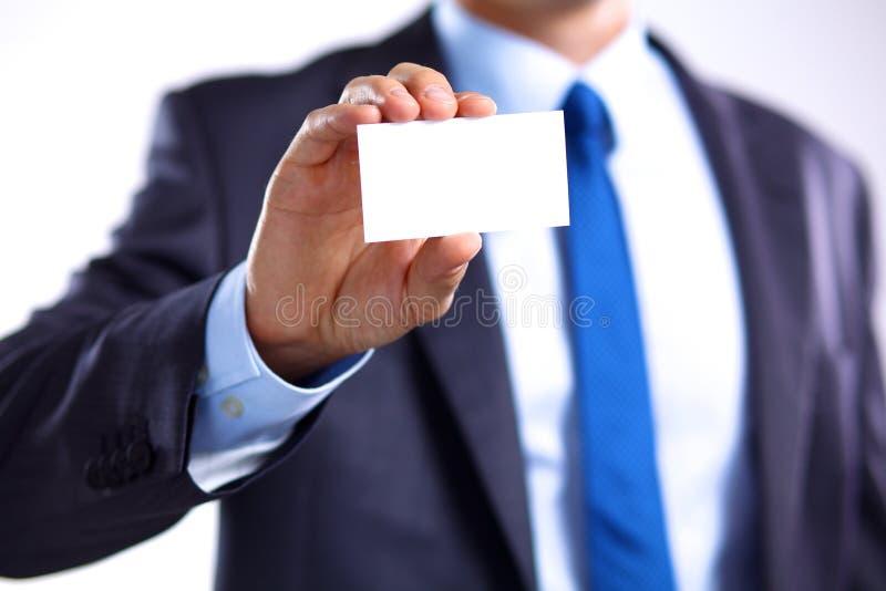 Ανθρώπινο χέρι που παρουσιάζει επαγγελματική κάρτα - κινηματογράφηση σε πρώτο πλάνο που πυροβολείται στο γκρίζο υπόβαθρο στοκ φωτογραφίες