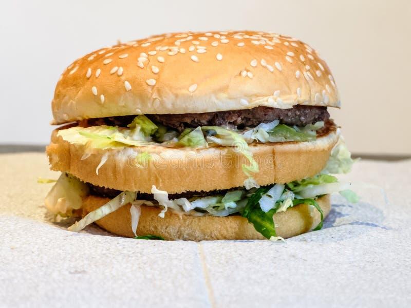Ανθυγειινό γρήγορο φαγητό κατανάλωσης χάμπουργκερ στοκ εικόνα με δικαίωμα ελεύθερης χρήσης