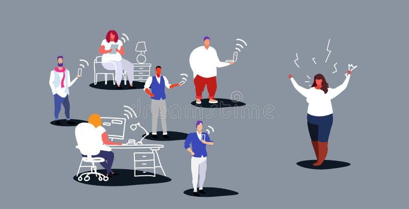 Ανικανοποίητη παχιά κύρια κραυγή γυναικών στους υπαλλήλους που κάθονται συσκευών στους κακούς εργασίας φωνάζοντας εργαζομένους ερ ελεύθερη απεικόνιση δικαιώματος