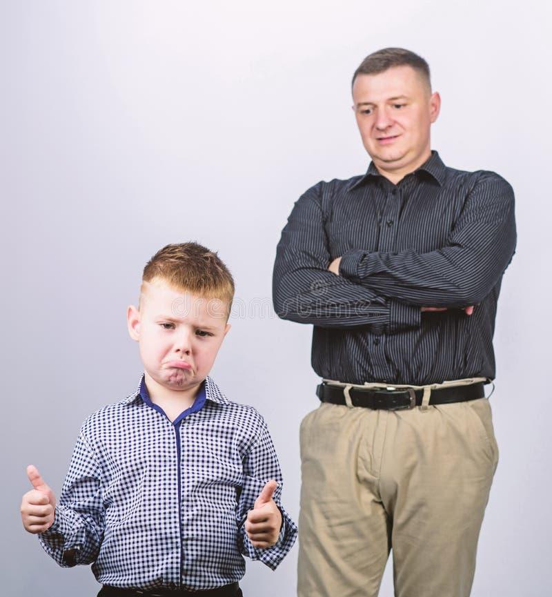 Ανικανοποίητος την εργασία που γίνεται με o εμπιστοσύνη και τιμές r πατέρας και γιος στο επιχειρησιακό κοστούμι o r στοκ φωτογραφία με δικαίωμα ελεύθερης χρήσης