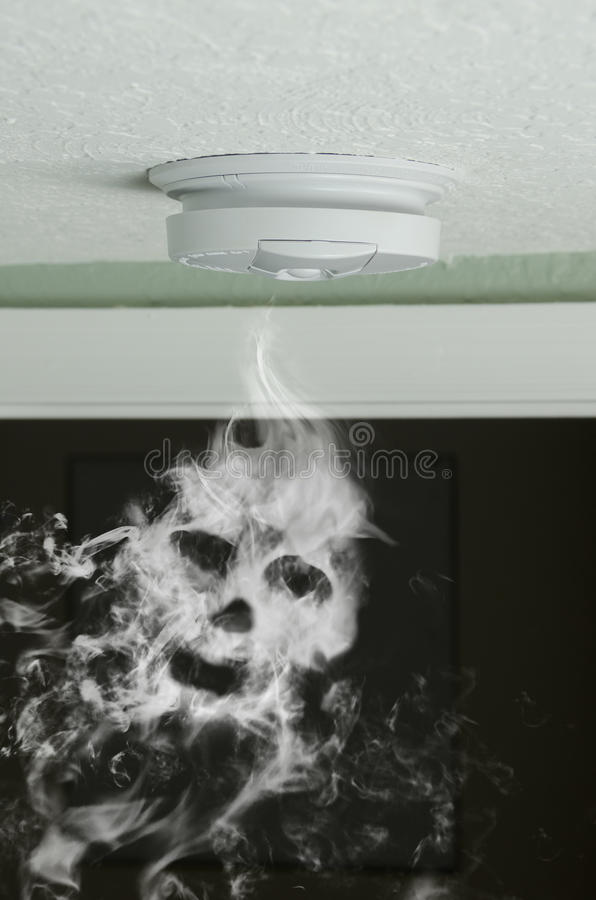 Ανιχνευτής καπνού και πυροπροστασία κρανίων καπνού στοκ φωτογραφίες με δικαίωμα ελεύθερης χρήσης