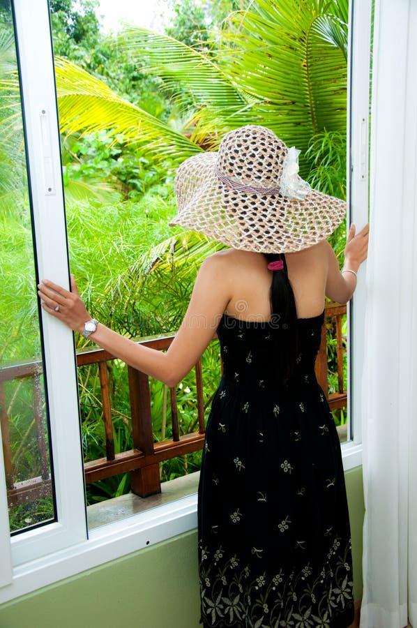ανοίγοντας γυναίκα παραθύρων στοκ φωτογραφία με δικαίωμα ελεύθερης χρήσης