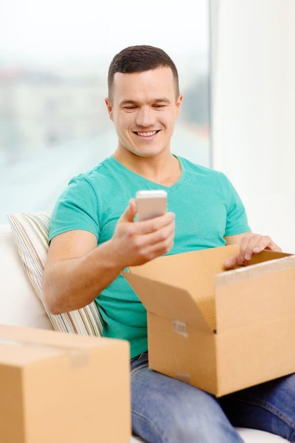 Ανοίγοντας κουτί από χαρτόνι και λήψη έξω του smartphone στοκ φωτογραφίες με δικαίωμα ελεύθερης χρήσης