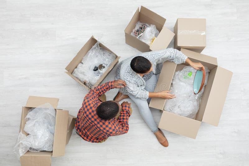 Ανοίγοντας κουτιά από χαρτόνι ζεύγους στο καθιστικό στοκ φωτογραφία με δικαίωμα ελεύθερης χρήσης