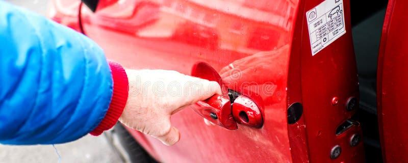 Ανοίγοντας μπροστινή πόρτα αυτοκινήτων ` s στοκ φωτογραφίες με δικαίωμα ελεύθερης χρήσης