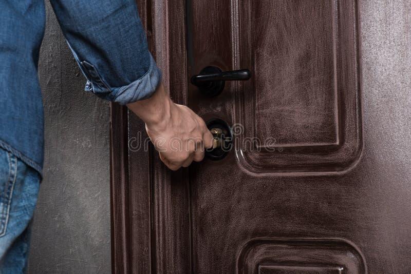 Ανοίγοντας πόρτα ατόμων στοκ φωτογραφίες