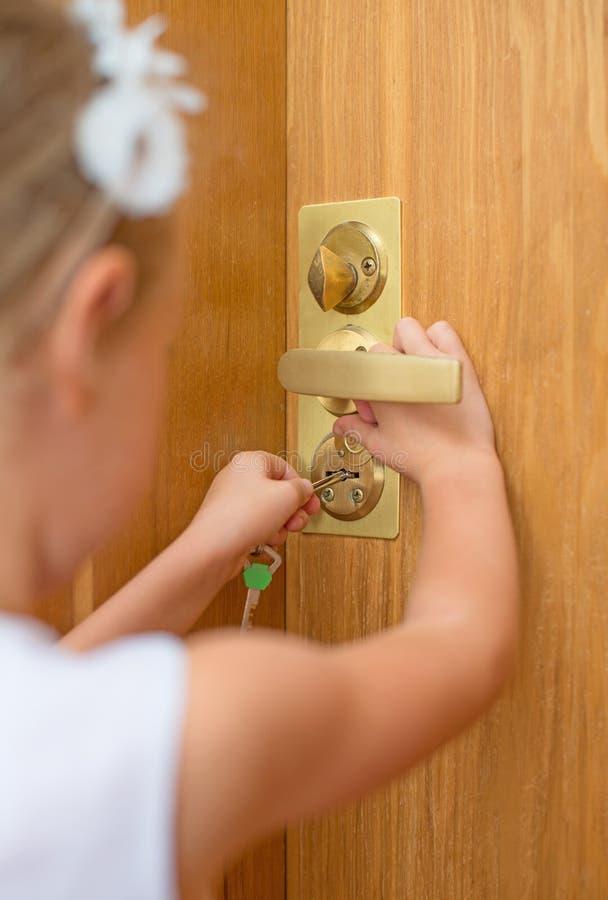 Ανοίγοντας πόρτα μικρών κοριτσιών στοκ φωτογραφίες
