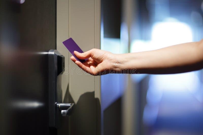 Ανοίγοντας πόρτα ξενοδοχείων με τη keyless κάρτα εισόδων στοκ εικόνα