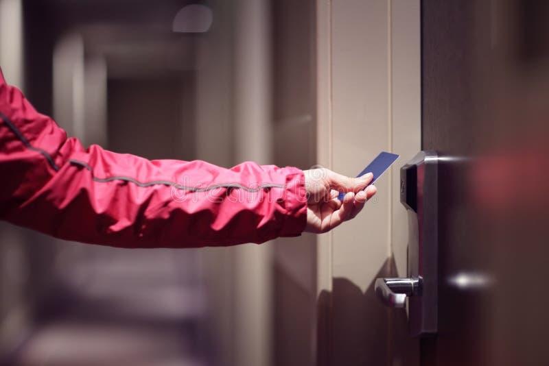 Ανοίγοντας πόρτα ξενοδοχείων με τη keyless κάρτα εισόδων στοκ φωτογραφίες