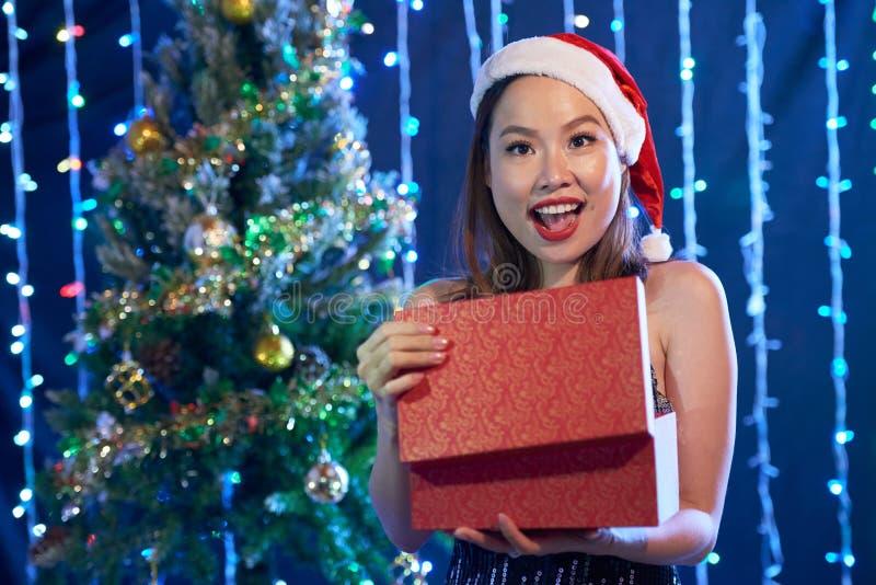 Ανοίγοντας χριστουγεννιάτικο δώρο στοκ εικόνες