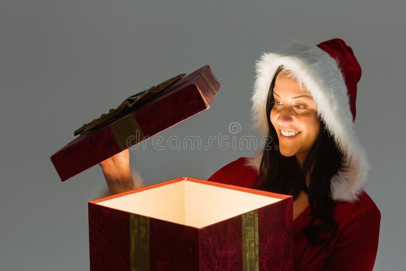 Ανοίγοντας χριστουγεννιάτικο δώρο γυναικών χαμόγελου στοκ εικόνες