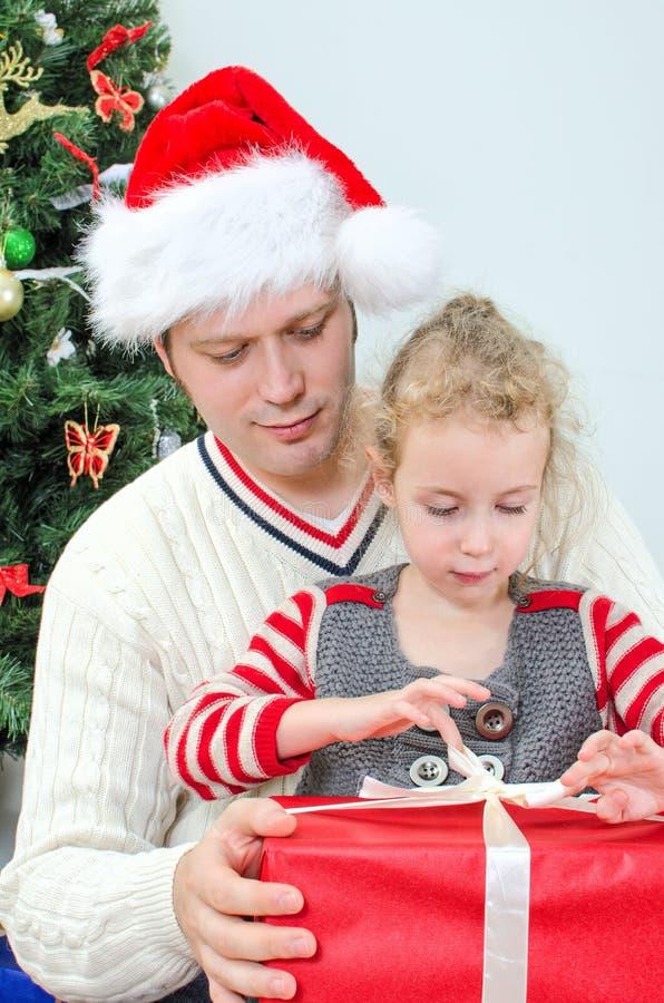 Ανοίγοντας δώρο πατέρων και κορών στοκ εικόνα με δικαίωμα ελεύθερης χρήσης