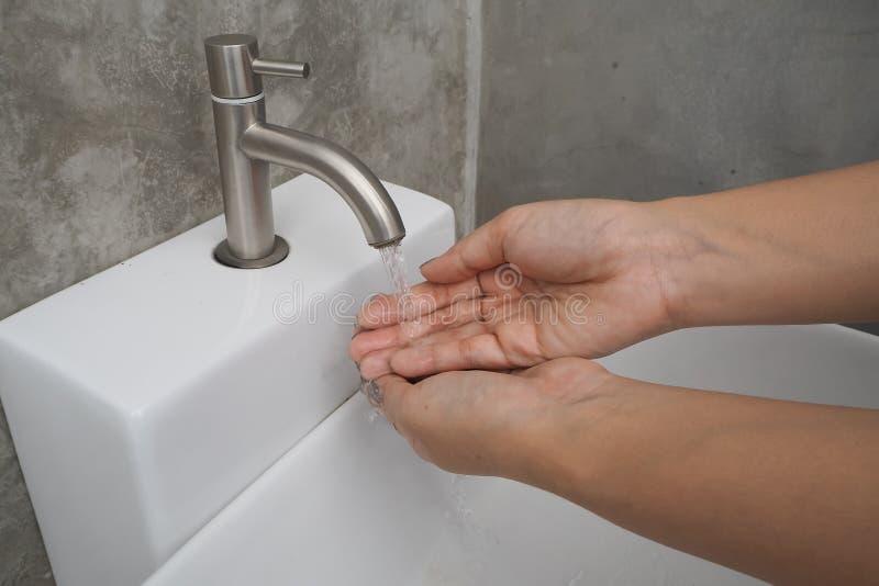 Ανοίξτε τη βρύση για το ξέπλυμα των χεριών στοκ φωτογραφία