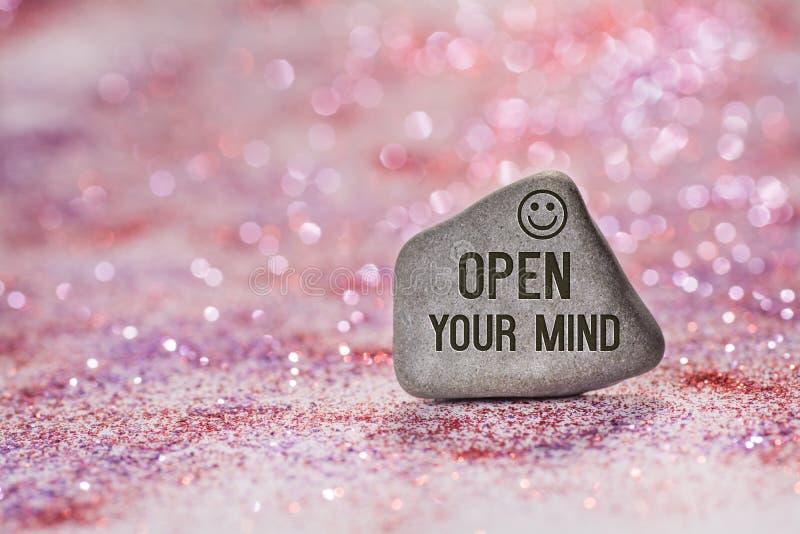 Ανοίξτε το μυαλό σας χαράσσει στην πέτρα στοκ φωτογραφία με δικαίωμα ελεύθερης χρήσης