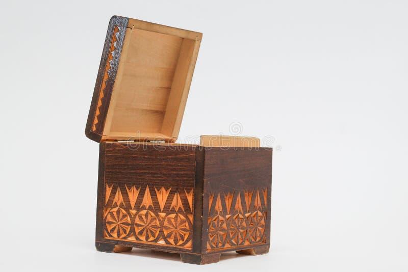 Ανοίξτε το όμορφο παλαιό ξύλινο κιβώτιο με τη χάραξη η ανασκόπηση απομόνωσε το λευκό στοκ φωτογραφία με δικαίωμα ελεύθερης χρήσης