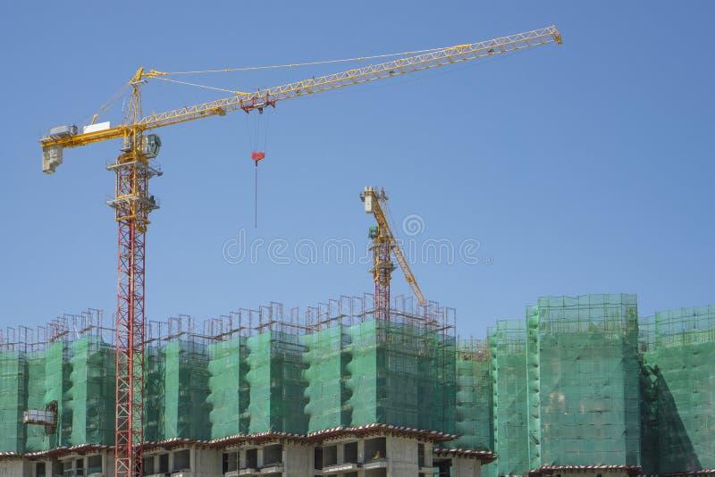 Ανοδική άποψη της προκατασκευασμένης κάλυψης κτηρίου από την πράσινη καθαρή, μεγάλη ψηλή κινούμενη μηχανή γερανών πύργων στη οικο στοκ φωτογραφίες με δικαίωμα ελεύθερης χρήσης