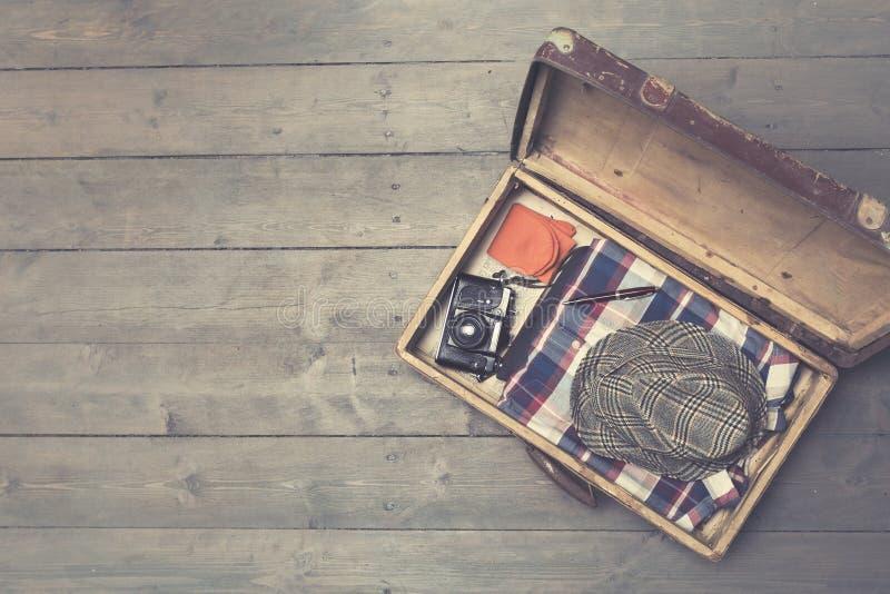 ανοιγμένες εκλεκτής ποιότητας βαλίτσες με τα ενδύματα και τα εξαρτήματα στοκ εικόνα με δικαίωμα ελεύθερης χρήσης