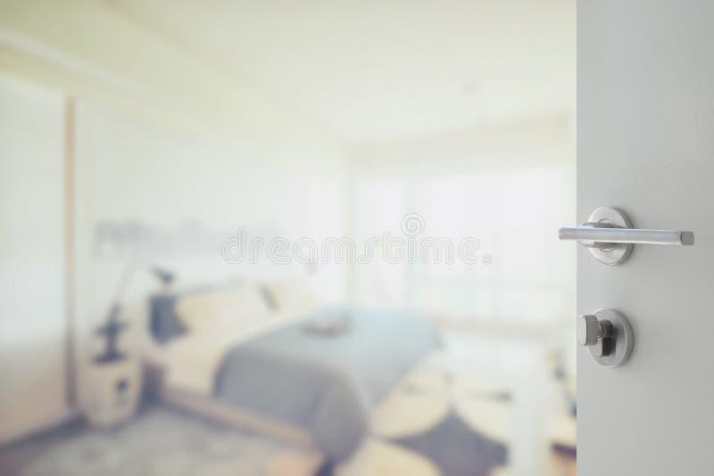 Ανοιγμένη άσπρη πόρτα για να αφαιρέσει το υπόβαθρο της σύγχρονης κρεβατοκάμαρας στοκ εικόνα με δικαίωμα ελεύθερης χρήσης