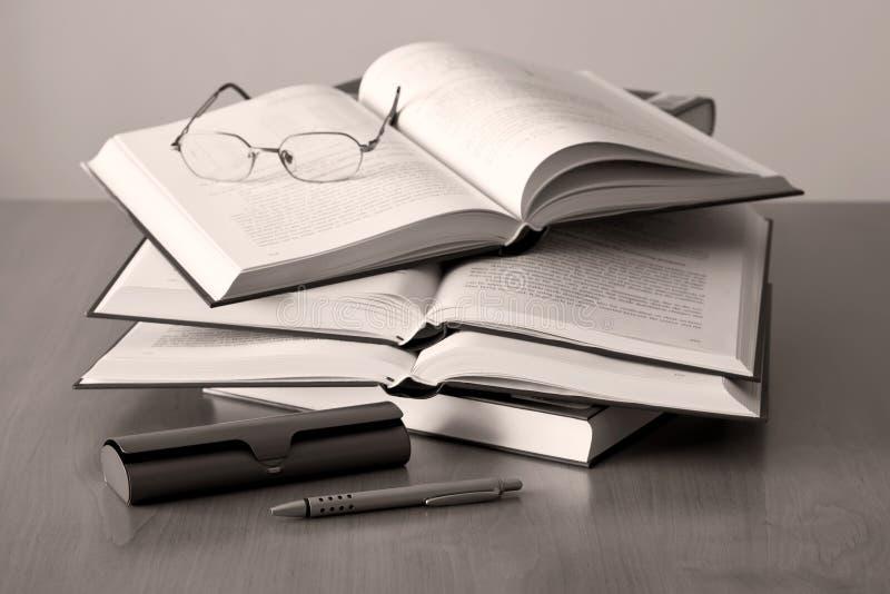 ανοιγμένη γυαλιά πέννα βιβ&lam στοκ φωτογραφία με δικαίωμα ελεύθερης χρήσης