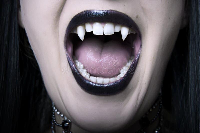 ανοιγμένη γυναίκα βαμπίρ κ&iot στοκ φωτογραφία με δικαίωμα ελεύθερης χρήσης
