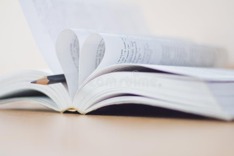 Ανοιγμένη καρδιά βιβλίων που διαμορφώνεται στοκ εικόνα με δικαίωμα ελεύθερης χρήσης