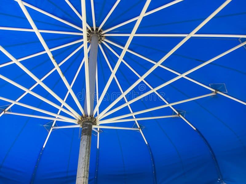 Ανοιγμένη μπλε ομπρέλα στοκ φωτογραφίες