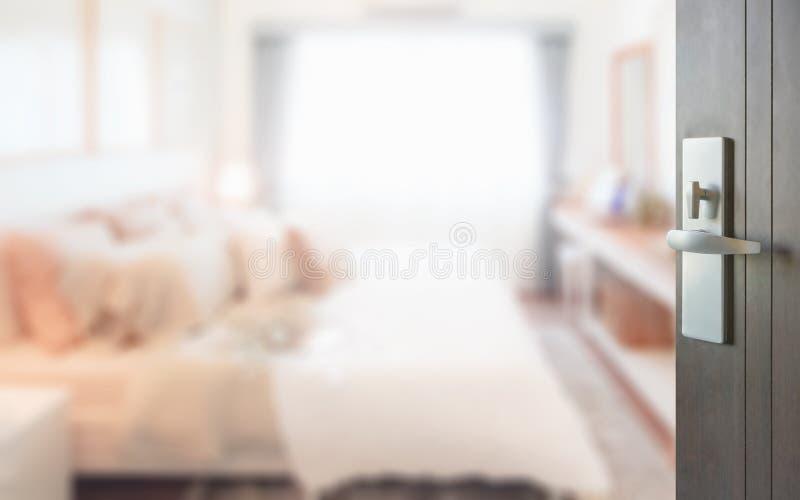 Ανοιγμένη ξύλινη πόρτα στη σύγχρονη εσωτερική κρεβατοκάμαρα ύφους στοκ φωτογραφία με δικαίωμα ελεύθερης χρήσης