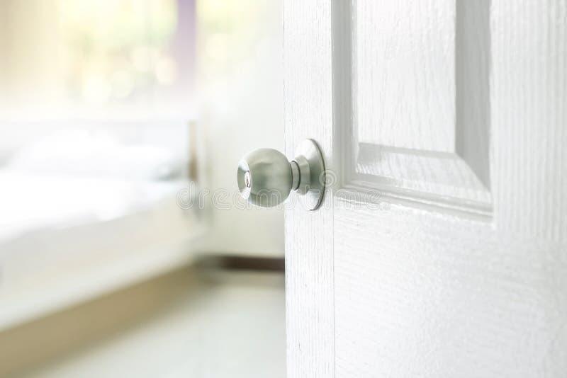 Ανοιγμένη πόρτα κρεβατοκάμαρων στοκ φωτογραφίες με δικαίωμα ελεύθερης χρήσης