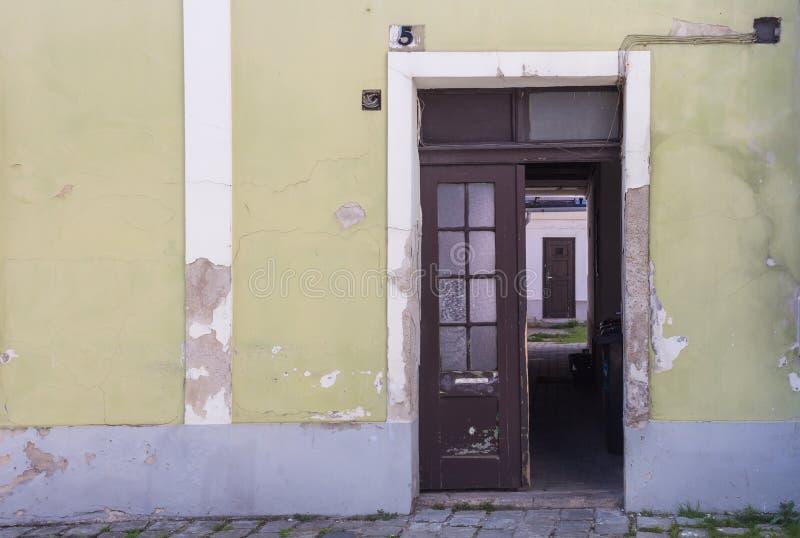 Ανοιγμένη πόρτα στο ναυπηγείο ενός παλαιού σπιτιού στοκ εικόνα