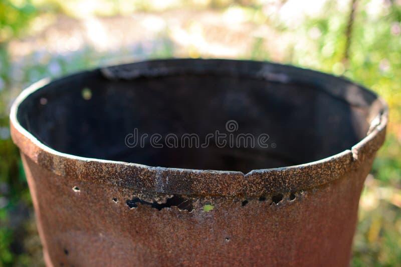 Ανοιγμένη σκουριασμένη καταπακτή στην πορτοκαλιά δεξαμενή καυσίμων στοκ φωτογραφία