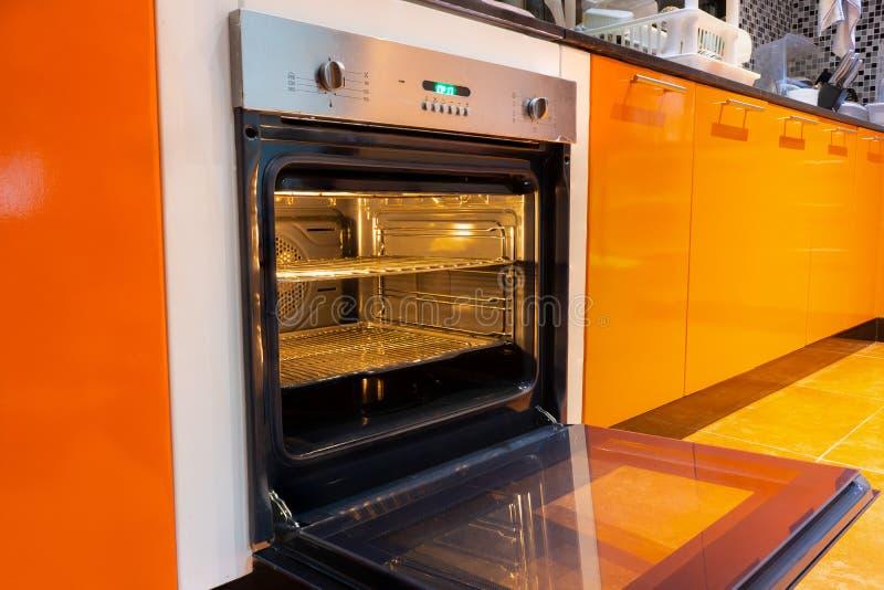 Ανοιγμένος φούρνος στην κουζίνα στοκ φωτογραφία