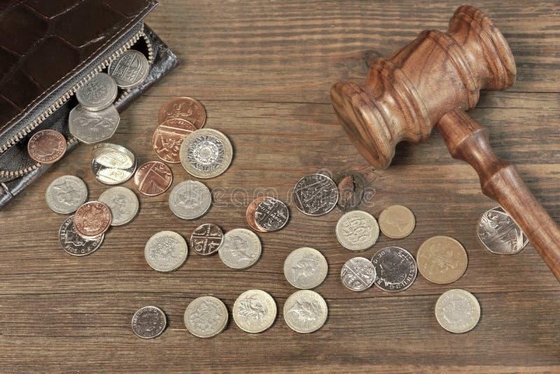 Ανοιγμένο αρσενικό πορτοφόλι, βρετανικά νομίσματα και Gavel δικαστών στο ξύλο στοκ εικόνα με δικαίωμα ελεύθερης χρήσης