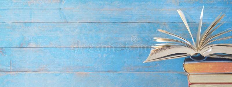 Ανοιγμένο βιβλίο σε έναν σωρό των παλαιών βιβλίων, διάστημα αντιγράφων στοκ φωτογραφία με δικαίωμα ελεύθερης χρήσης